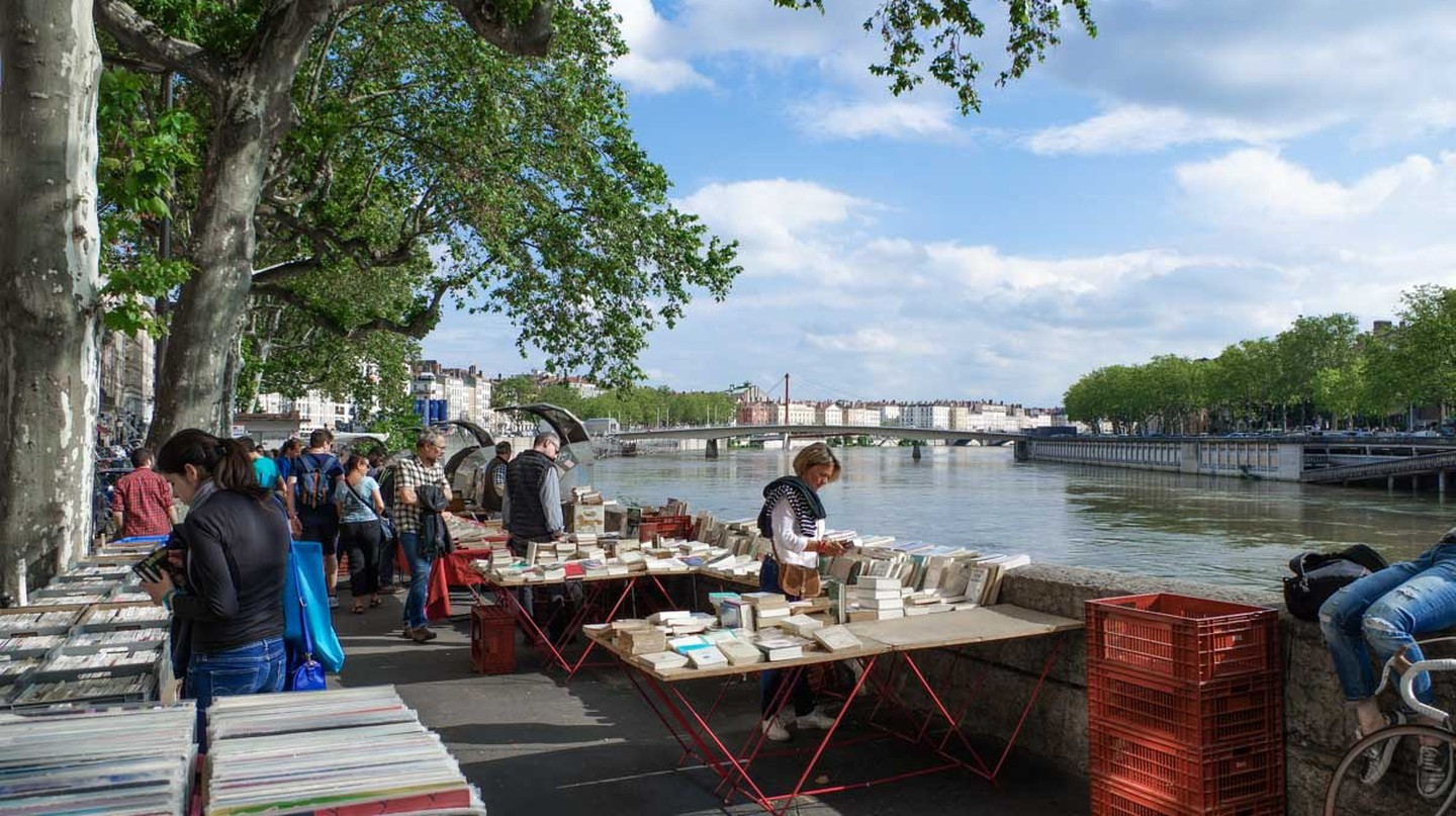 Les Bouquinistes book market on the river Saône | © Courtesy of www.grapheine.com.