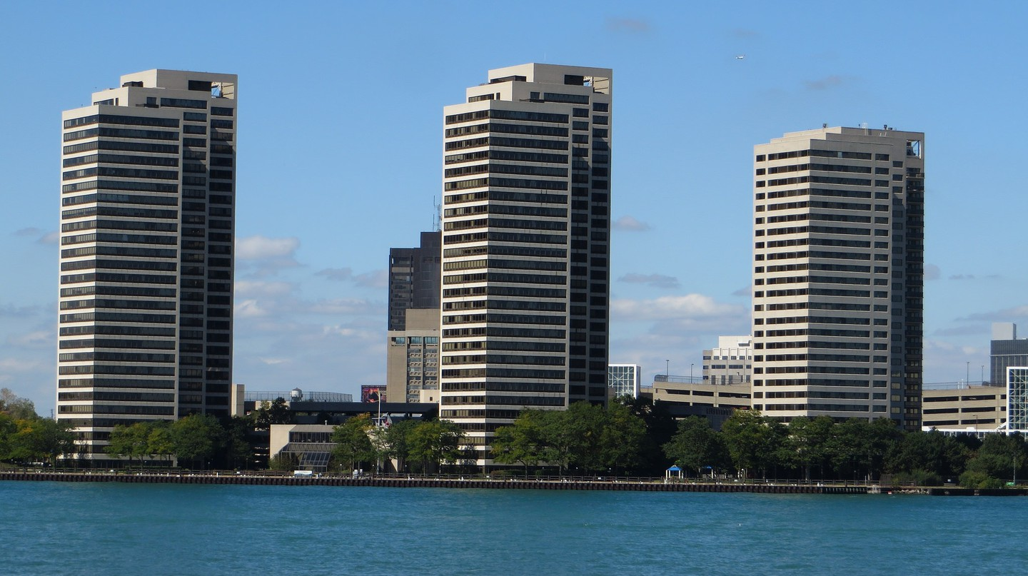 High-rise apartment buildings like Riverfront Towers are rare in the city | © Ken Lund / Flickr