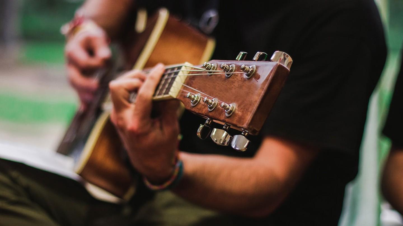 Open mic guitar playing