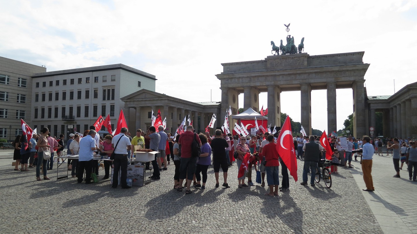 Turkish People Gather at Brandenburg Tor | © Alper Çuğun / Flickr