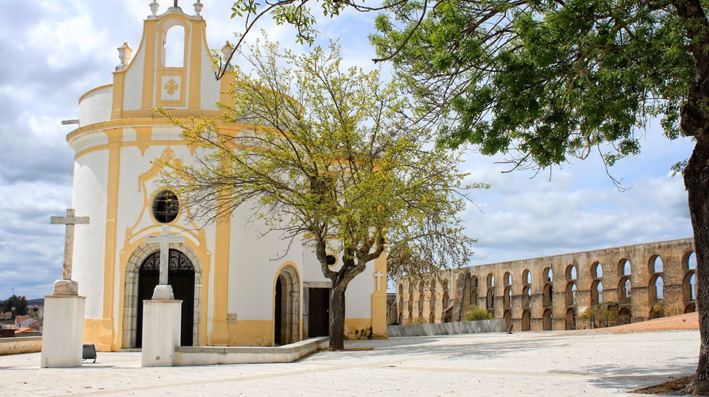 A lovely church in Elvas, located in front of the town's historic aqueduct