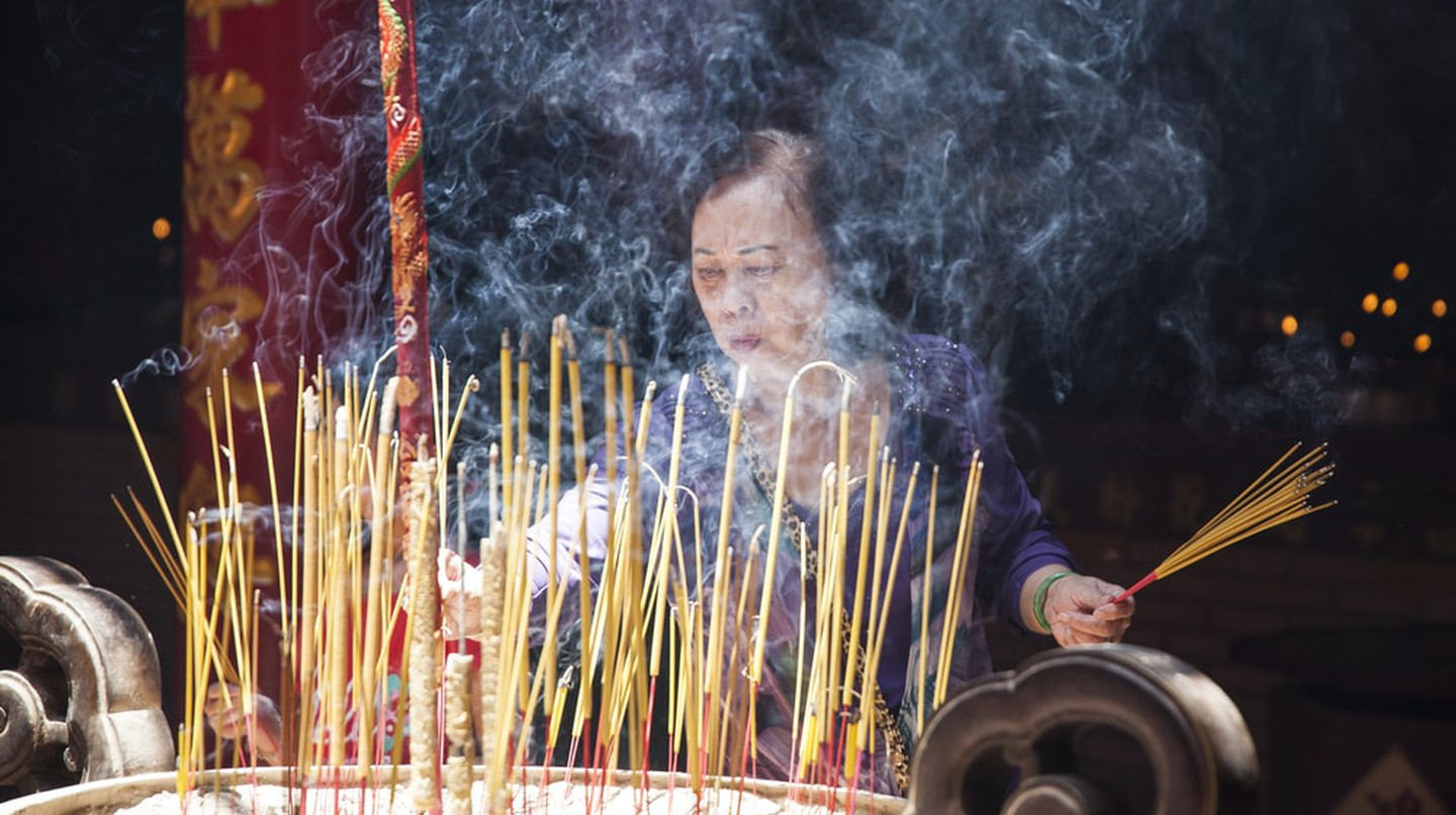 Burning incense in a Chinatown pagoda | © melis/Shutterstock