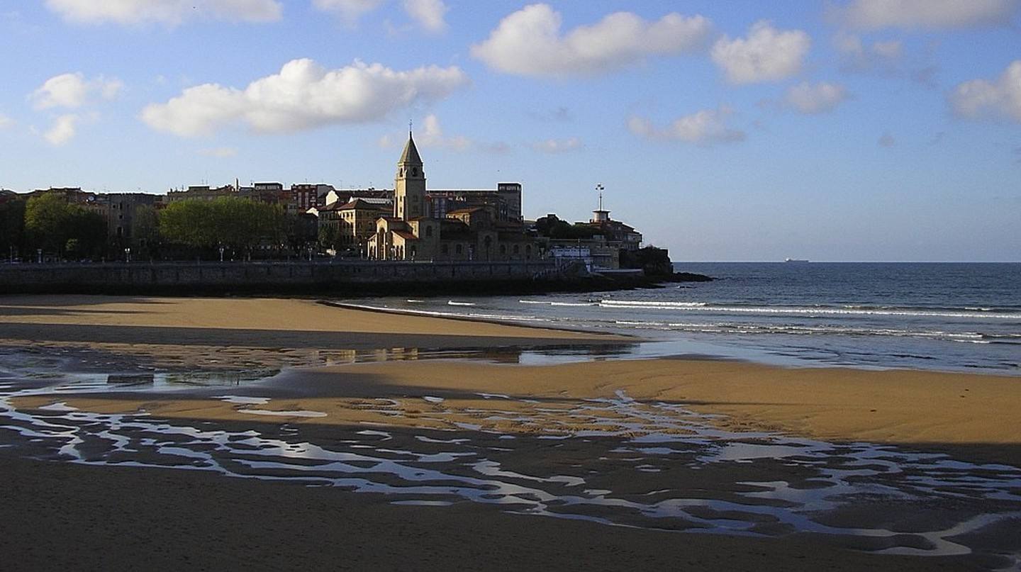 Visit the Playa San Lorenzo in Gijon, Spain