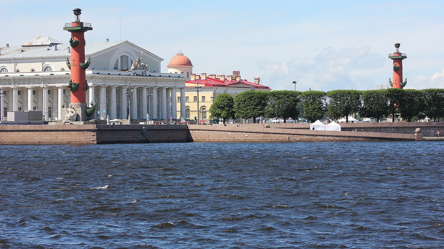 View onto Vasilievsky Island from the Neva River | © Wikimedia Commons