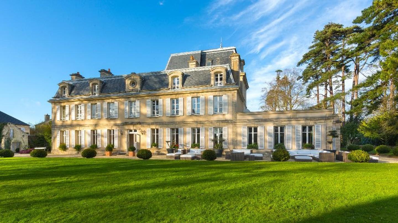 The front of Château La Chenevière
