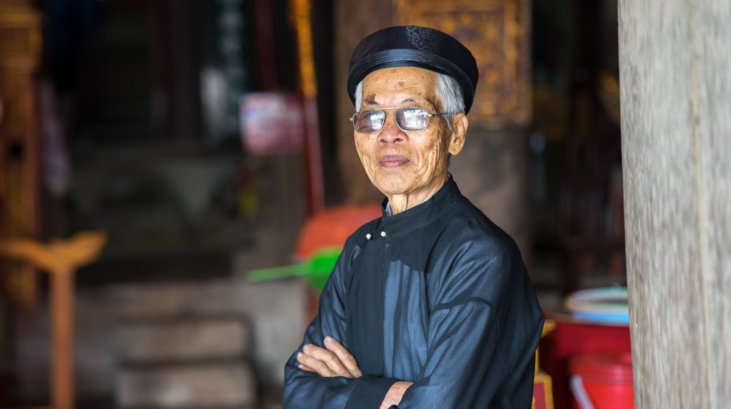 Vietnamese man wearing traditional dress and turban | © Vietnam Stock Images/Shutterstock