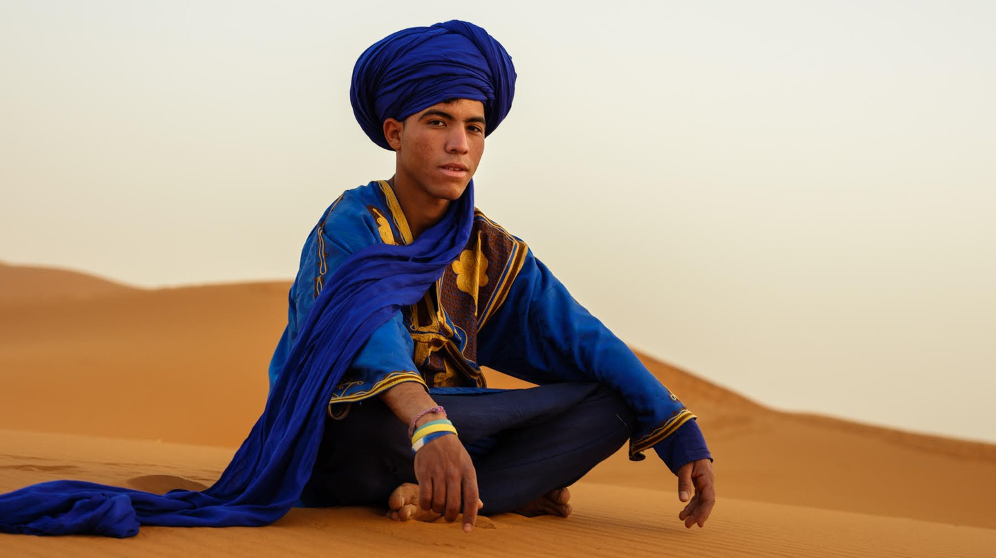 Berber sιττινγ on the dunes of the Sahara Desert