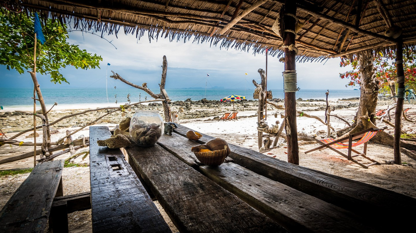 A laid-back beach bar in Thailand | © dziambel / Flickr