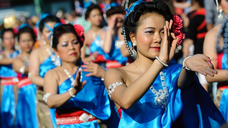 Group of Thai dancers in the street | © abbilder / Flickr