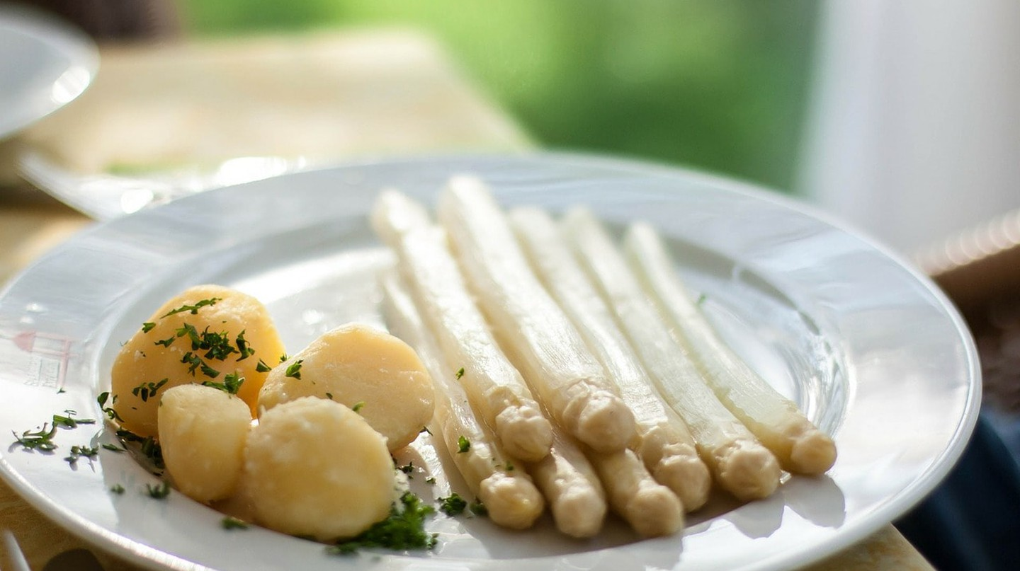 White asparagus with boiled potatoes