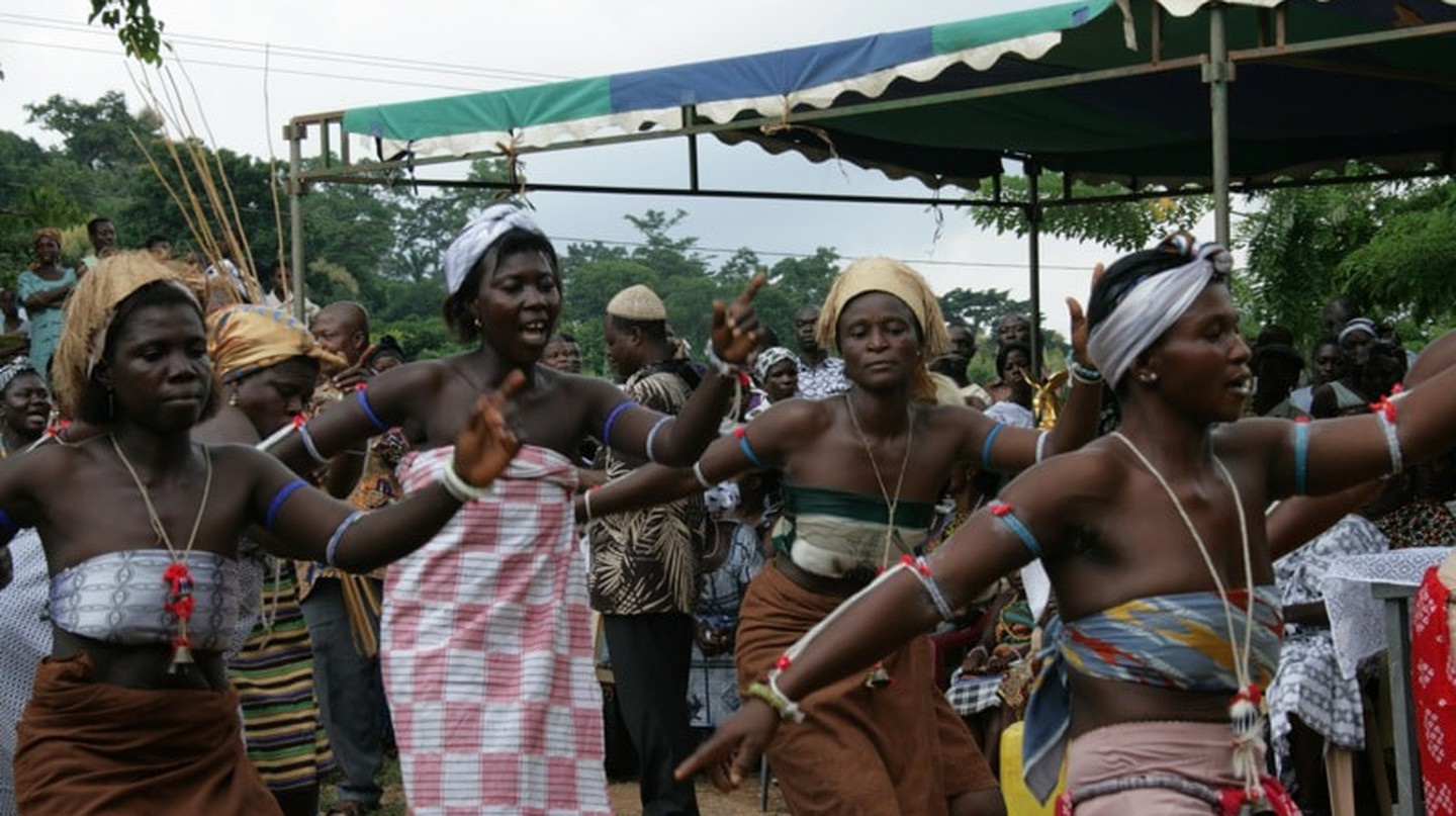 The Azonto dance involves knee-bending, throwing of hands in all directions and rigorous hip movements.