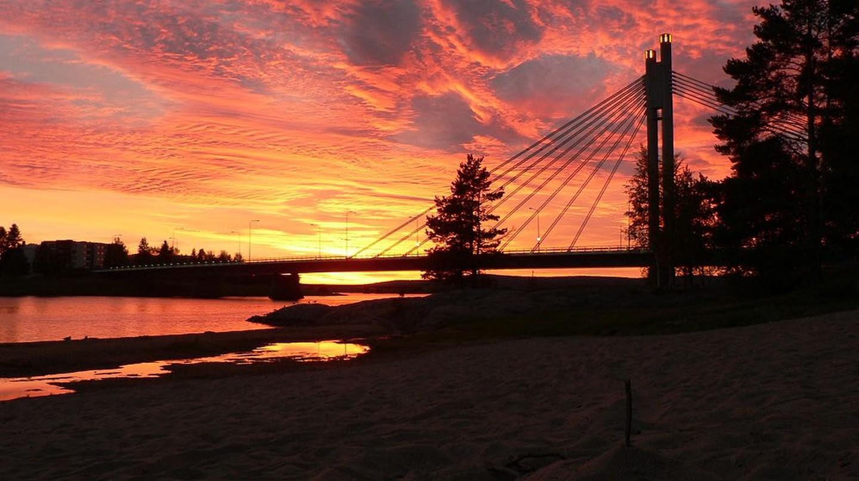 Rovaniemi's Jätkänkynttilä bridge at sunrise