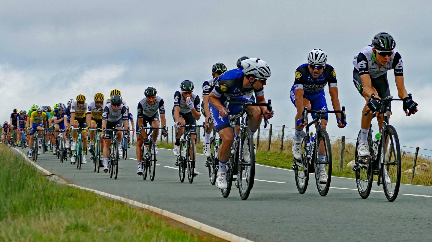 The peloton mid-race.