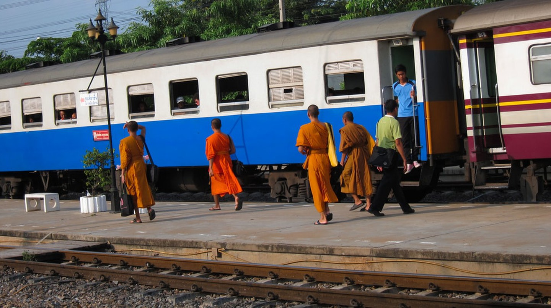 Monks boarding a train in Thailand | © Dan Levine / Flickr