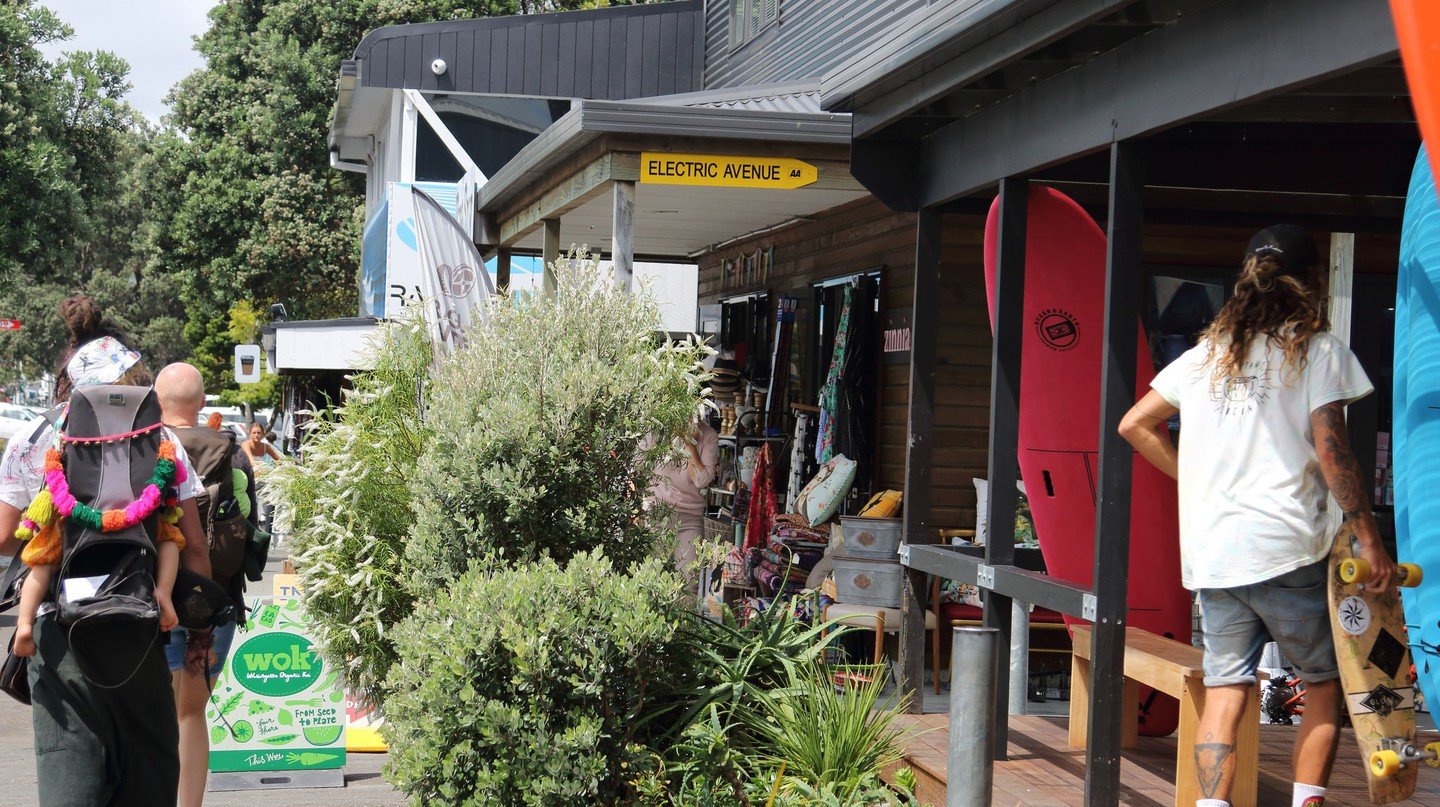 Surf school in Raglan