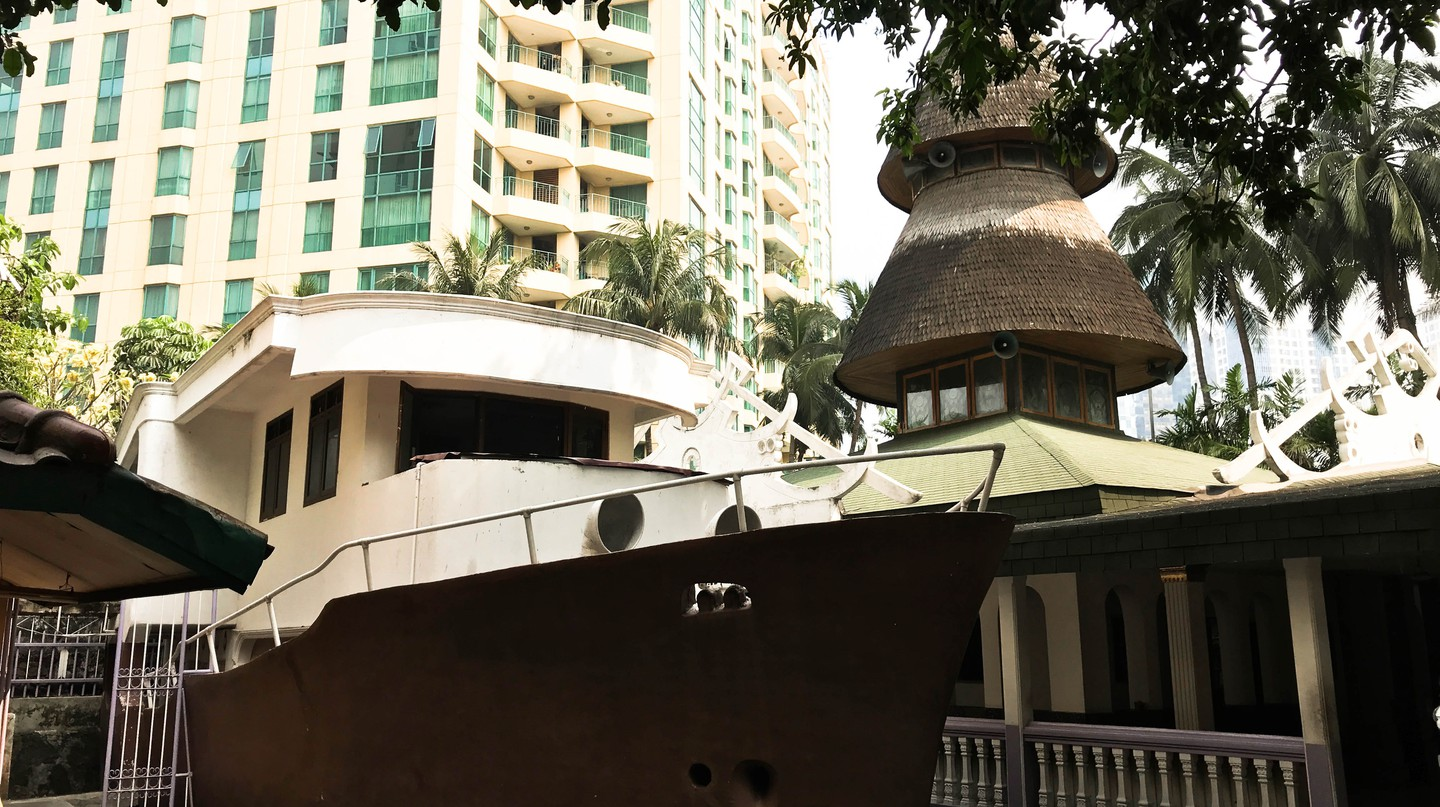 Masjid Perahu's boat building next to the main mosque hall | Edira Putri / © Culture Trip