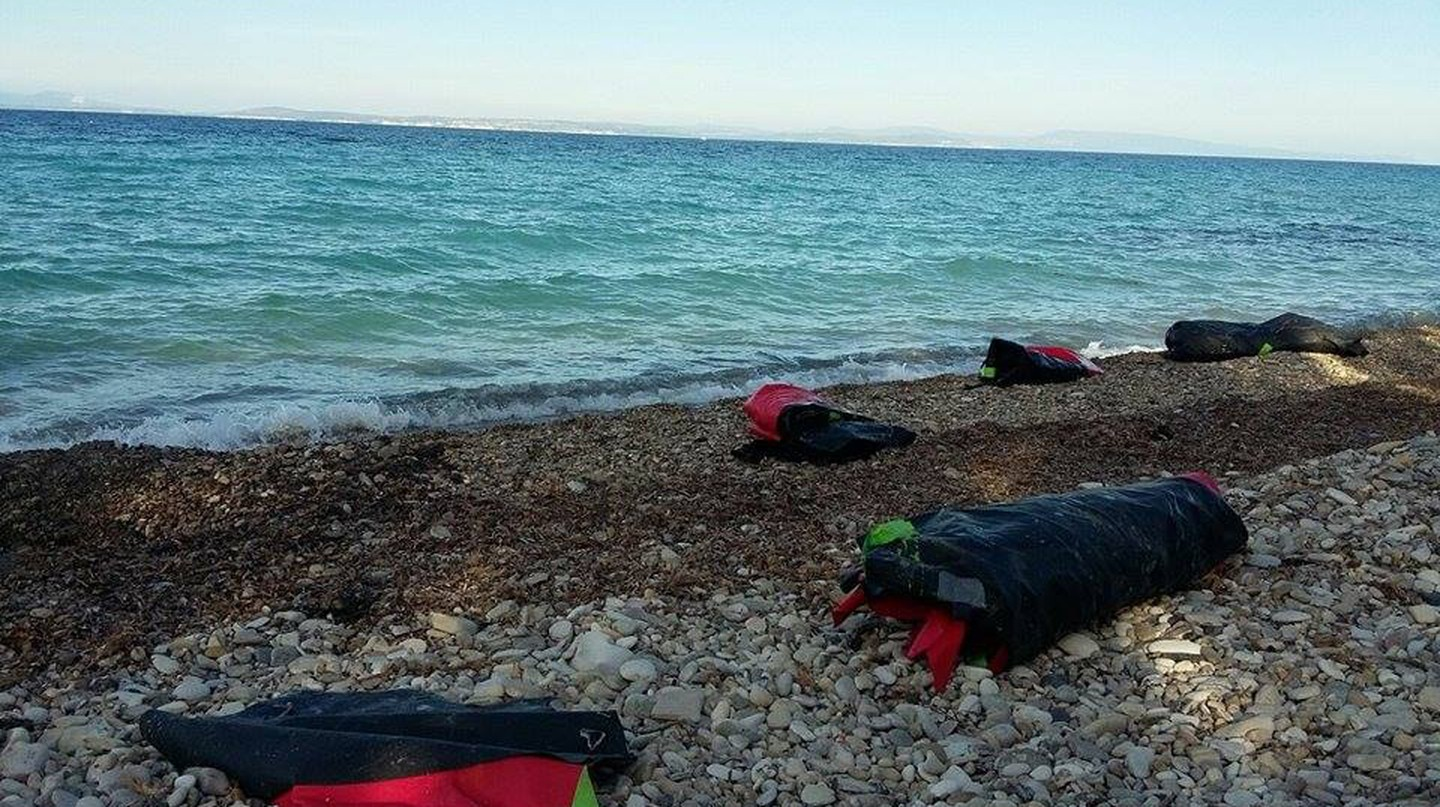 Rubber refugee boats washed up on the shores of Greece | © mimycri
