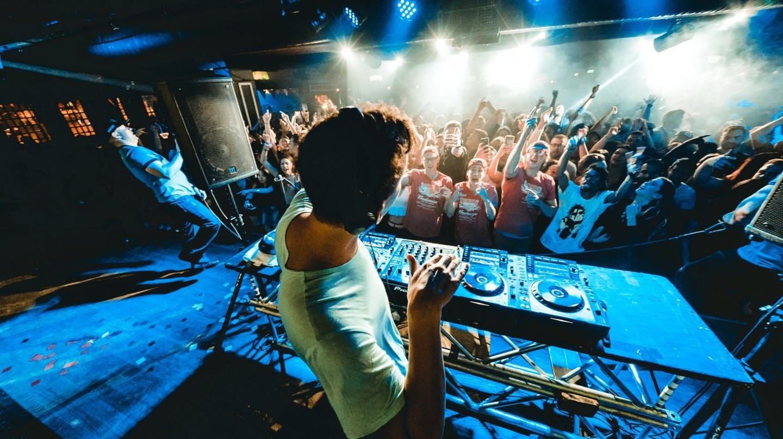 Club Scene   © Redd Angelo / Unsplash