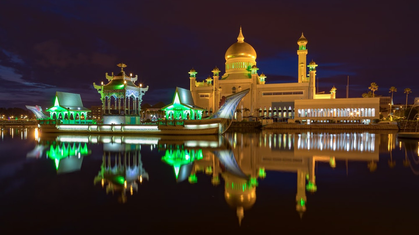 Sultan Omar Ali Saiffudien Mosque during the night