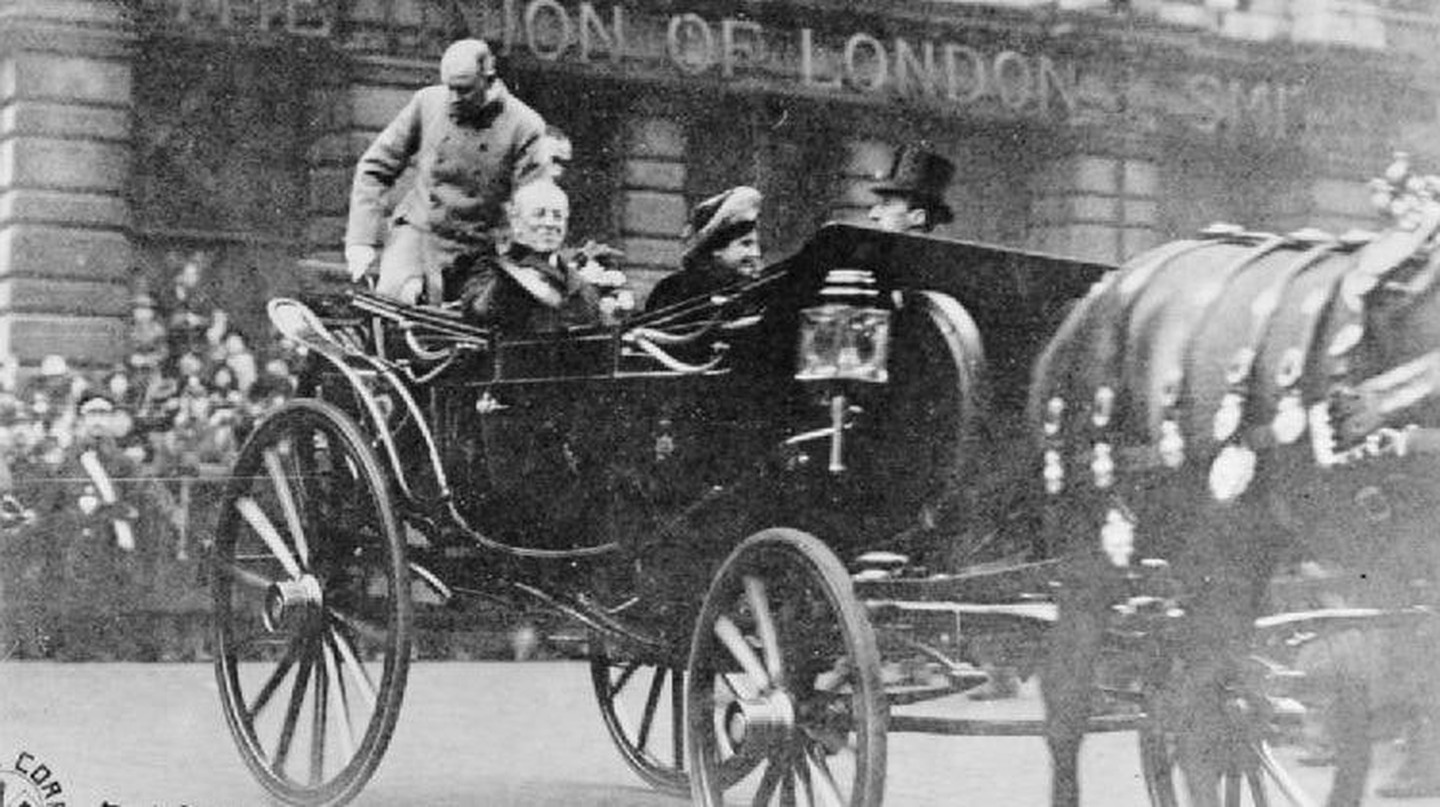 Woodrow Wilson rides in a carriage through London in 1918
