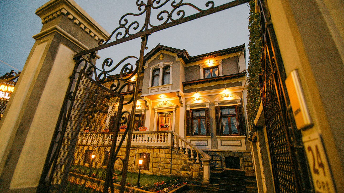 Hotel Vila Mano is hosted inside a traditional villa in the Old Town of Korça