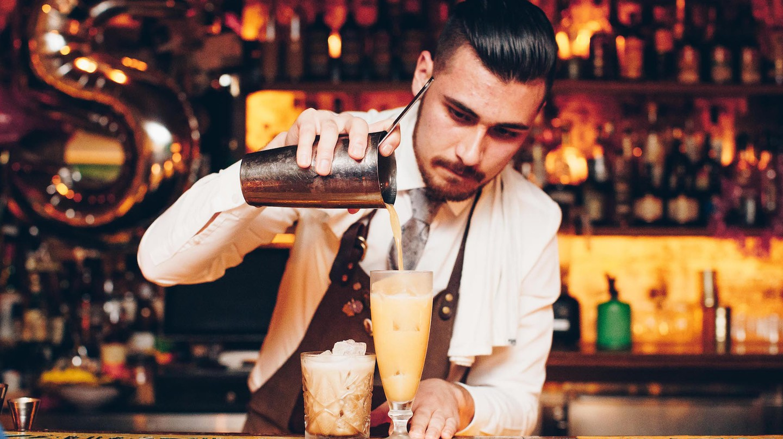 Lobo Plantation barman pouring a cocktail