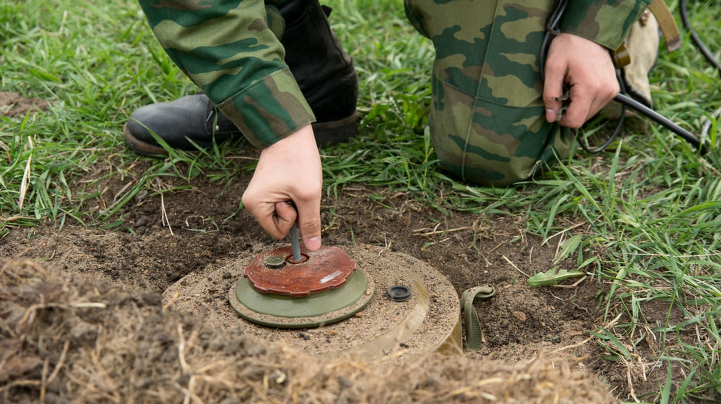 Neutralization of anti-personnel mines