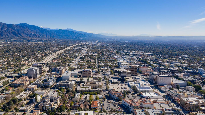 Pasadena lies next to the San Gabriel Mountains
