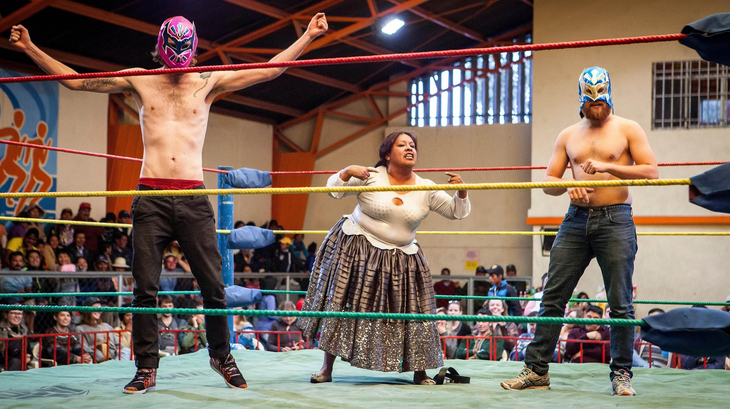 Cholita wrestler Angela la Folclorista plays to the crowd