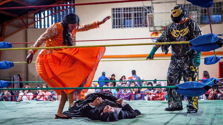 Combat between Dina and Julieta, cholita wrestlers in La Paz, Bolivia
