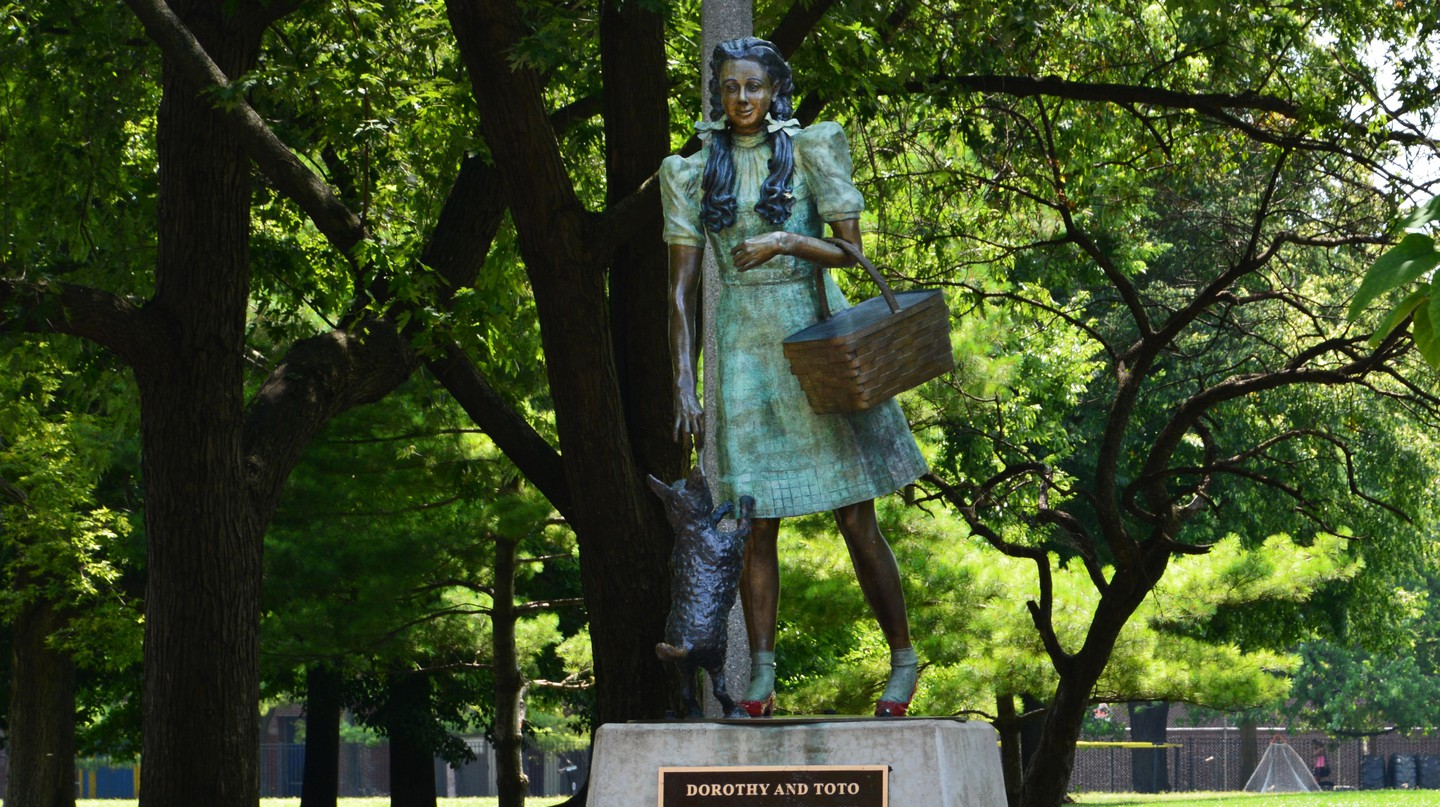 A statue of Dorothy and Toto greets visitors to Oz Park in Chicago