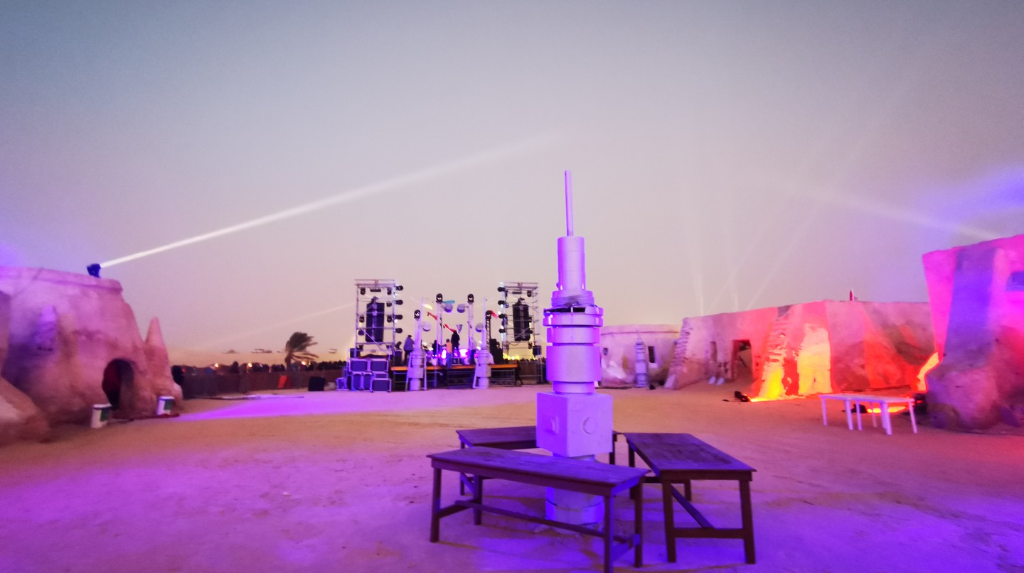 Les Dunes Electroniques takes place on a Star Wars set