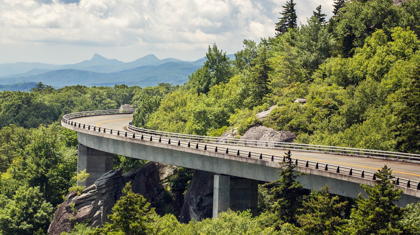 The spectacular Blue Ridge Parkway winds its way past the Appalachian Mountains