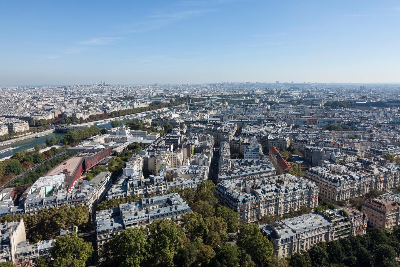 Vista através de Paris da torre Eiffel