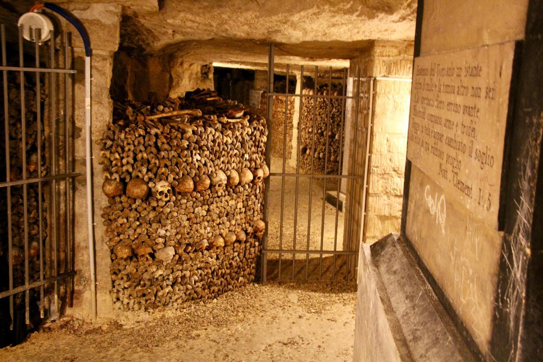 Catacumbas no subsolo de Paris, França.