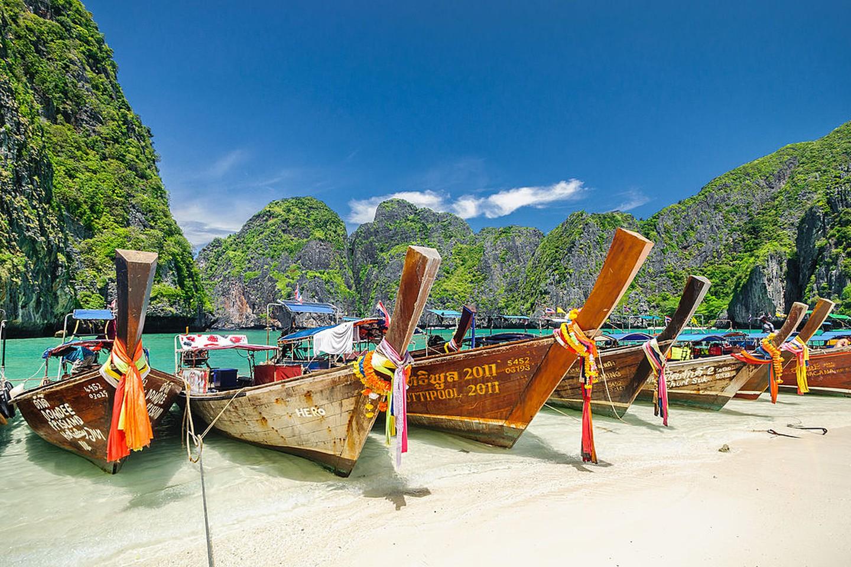 Botes de cola larga en Maya Beach, la playa más popular y hermosa del archipiélago de Phi Phi, en el mar de Andaman.  Pertenece a la provincia de Krabi de Tailandia.