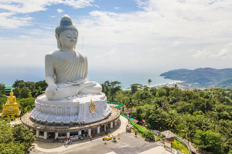 El gran buda en Nakkerd Hills Phuket, Tailandia