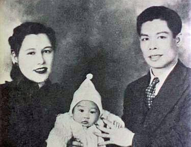 Bruce Lee with his parents