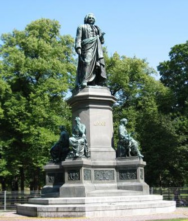 Statue of Carl von Linné by Johannes Kjellberg in Humlegården