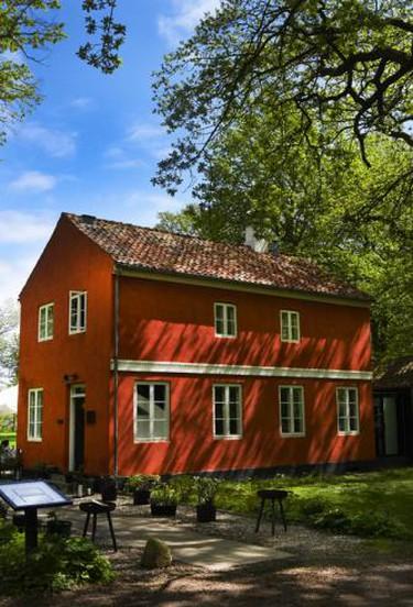 Den Røde Cottage 'The Red Cottage' placed close to the woods and the sea   Courtesy of Den Røde Cottage