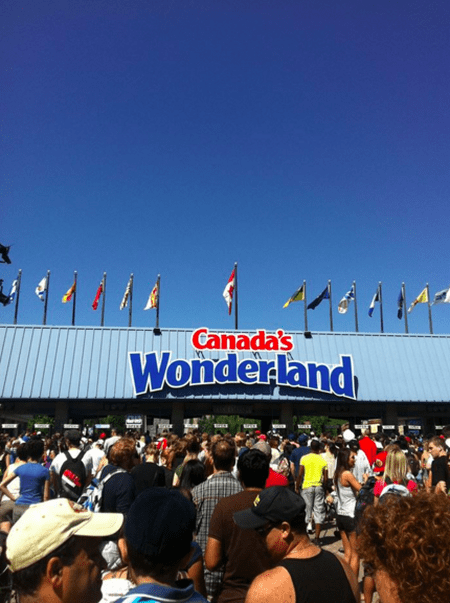 A large queue waiting at Canada's Wonderland amusement park | ©TMBLover/WikiCommons