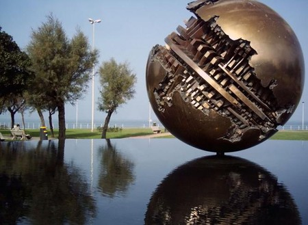 The bronze sculpture on the seafront in Pesaro | © Twice25/WikiCommons
