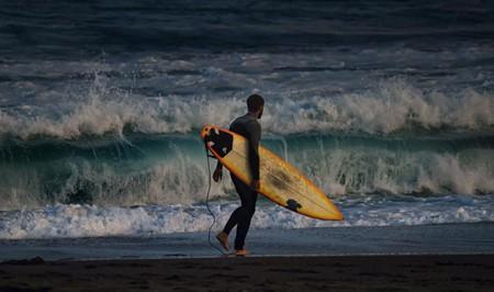 An Island Bay surfer © Peter Kurdulija/Flickr