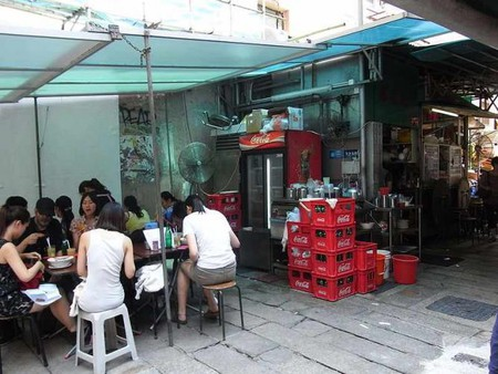 Outdoor dining environment in Sing Hueng Yuen
