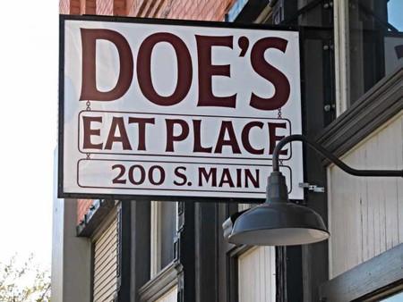 Doe's Eat Place | © Rebecca Partington/Flickr