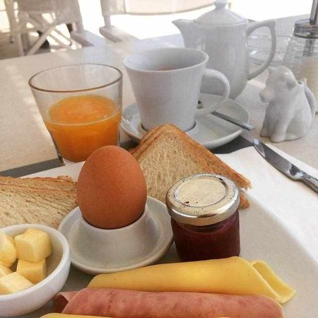 Classic breakfast by the beach   Courtesy of Ippokampos