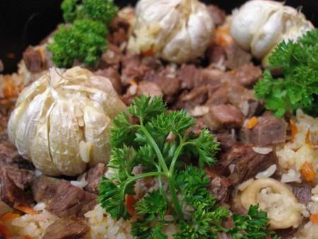 Roasted lamb and garlic platter   © Rjanag/Wikipedia