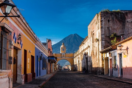 St Catarina arc and volcano Antigua Guatemala │© ElHielo/Shutterstock