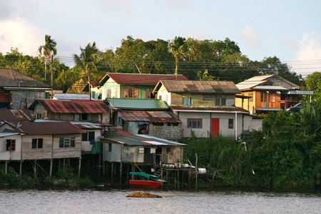 Riverside homes in Kuching © Davida De La Harpe