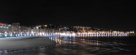San Sebastian shoreline at night | © JB55/Flickr